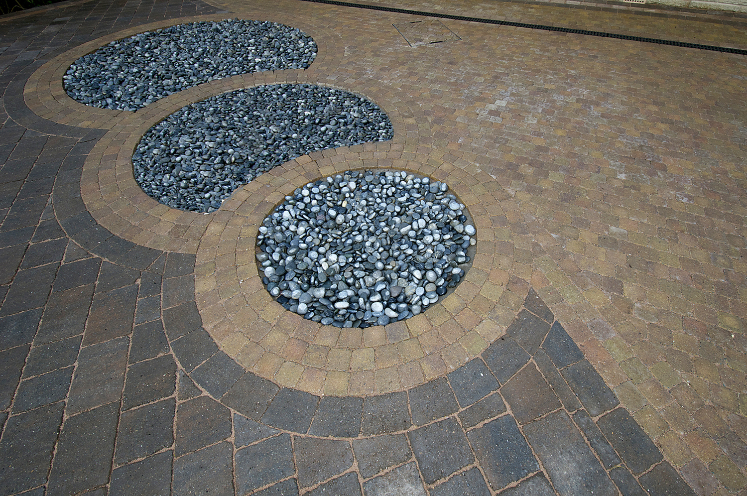 Driveway-Tegula with Cobble Detail-3.jpg
